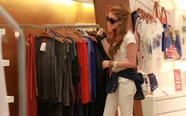Marina Ruy Barbosa escolhe roupas no Rio