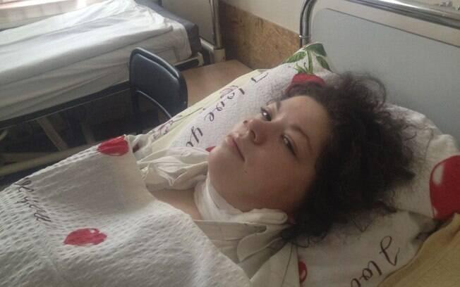 Olesya Zhukovska em cama de hospital em Kiev, Ucrânia, após ser atingida na perna por estilhaços de bomba (21/02)