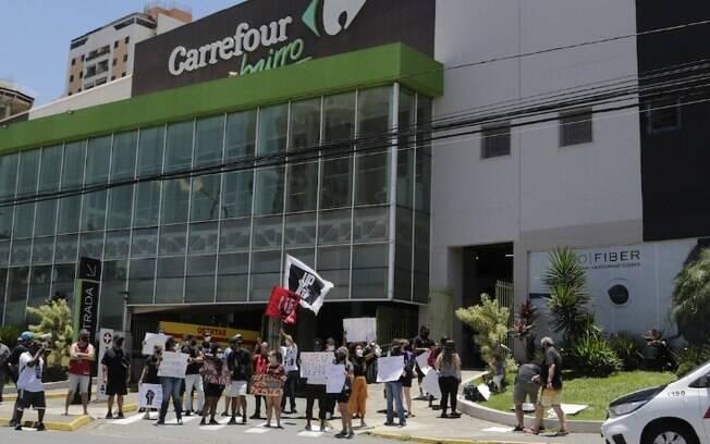 Manifestantes fazem ato contra racismo em frente ao Carrefour da Norte-Sul