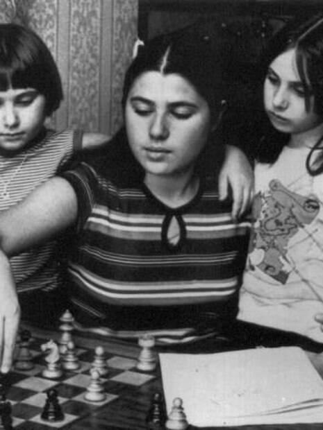 As irmãs húngaras Susan, Sofia e Judit Polgar quando crianças jogando xadrez