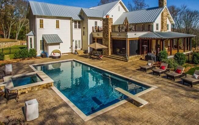 Do lado de fora, a propriedade possui mais 33 acres e um quintal com piscina e mini-golfe