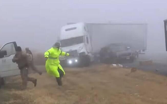 pessoas correndo de caminhão desgovenado