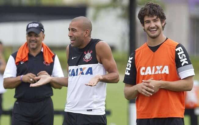 Emerson e Pato em momento descontraído de  treino do Corinthians