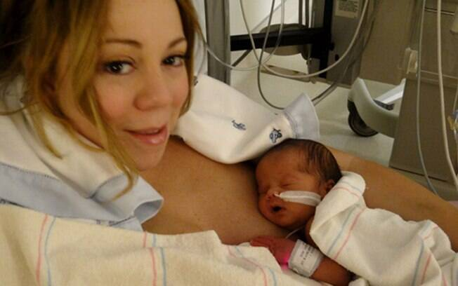 Mariah Carey, ainda na maternidade, logo após dar à luz os gêmeos Monroe e Moroccan