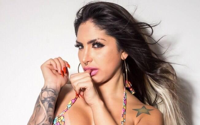 Nat Tanajura posou em ensaio sensual, exibiu marquinhas de biquíni e falou sobre o concurso Musa do Brasil 2018