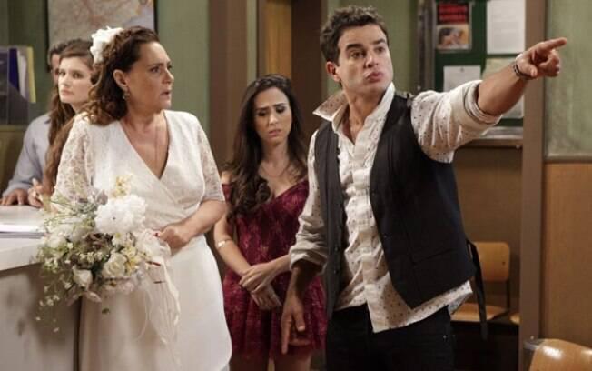Atílio recupera memoria, vai embora e abandona Márcia no casamento