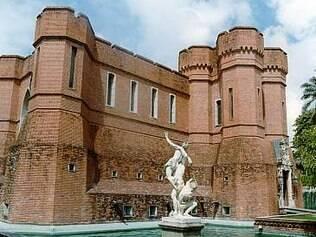 Castelo São João funciona como museu de armas e artes decorativasdos séculos 15 e 20