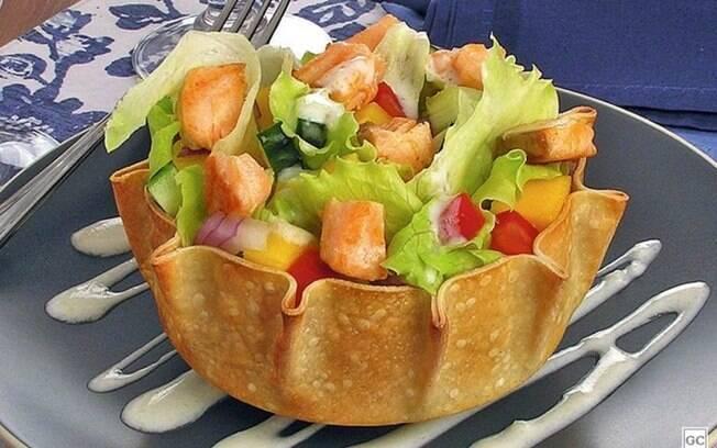 Cestinha de salmão com salada para fazer em poucos minutos