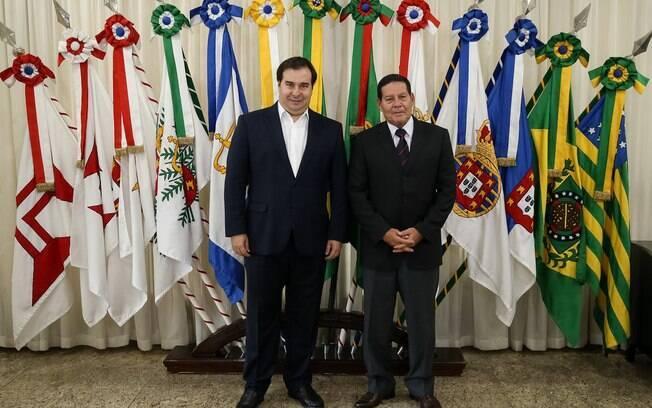 Presidente interino, Maia preferiu deixar decisão para quando Bolsonaro retornar