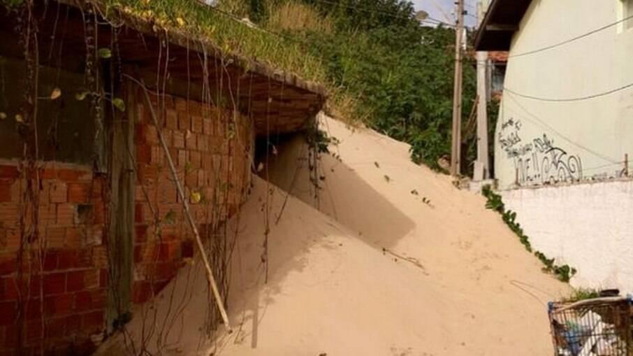 Defesa Civil de Florianópolis interdita duas casas por avanço das dunas