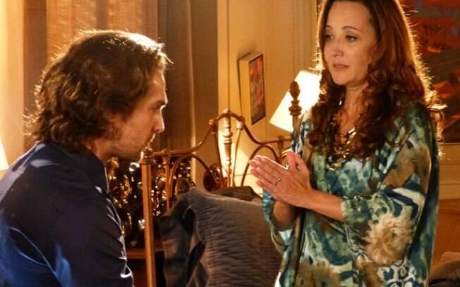 Guiomar conversa com Alberto em cena de
