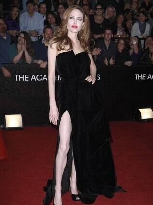 O look de Angelina Jolie no Oscar deu início à mania, mas a atriz não é exemplo de belas pernas: