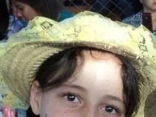 Menina brincava na rua com o pai, quando foi baleada.