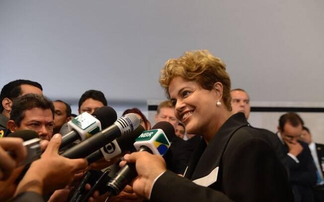 A presidente Dilma Rousseff, fala com os jornalistas após entrega de credenciais a novos embaixadores que atuarão no Brasil
