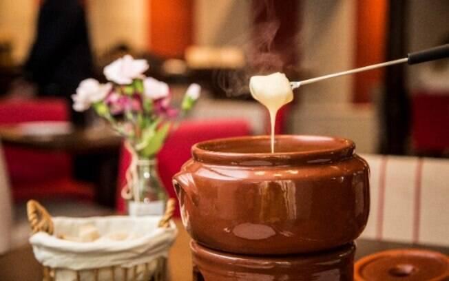 O Gruyère é mais cremoso e pode ser utilizado em fondues e sanduíches