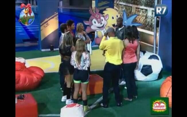 Participantes recebem avisos e brincam com os convidados