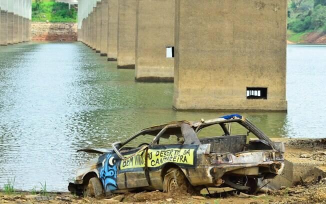 Carro no meio na Atibainha devido ao baixo nível da represa: cenário desolador