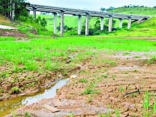Só filete.  Represa do rio Atibainha, na cidade de Nazaré Paulista, no interior de SP, está seca