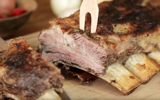 A dica é temperar a costela bovina com cachaça ou cerveja, para hidratar e dar um sabor diferente