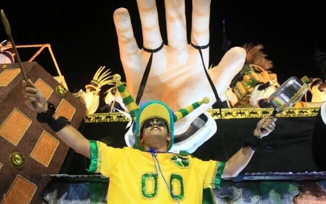 Paraíso do Tuiuti fez carnaval recheado de protestos na madrugada desta segunda-feira (12)