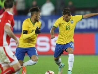 Roberto Firmino (dir.) fez sua segunda partida com a camisa da seleção brasileira