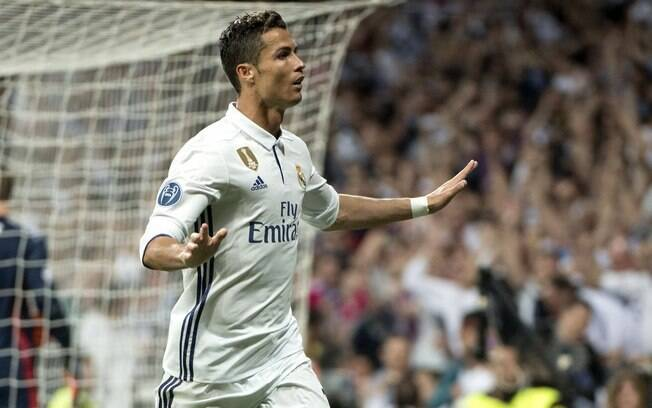 Cristiano Ronaldo recebeu o prêmio Bola de Ouro da revista France Football pela quinta vez na carreira