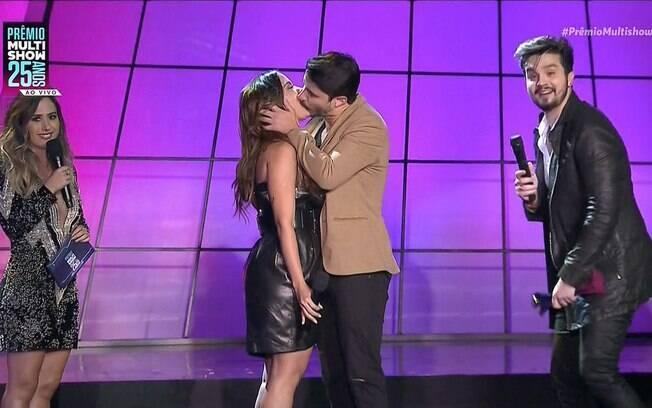 Anitta ganhou um beijão de Leandro Osmar da banda Atitude67 no palco do Prêmio Multishow