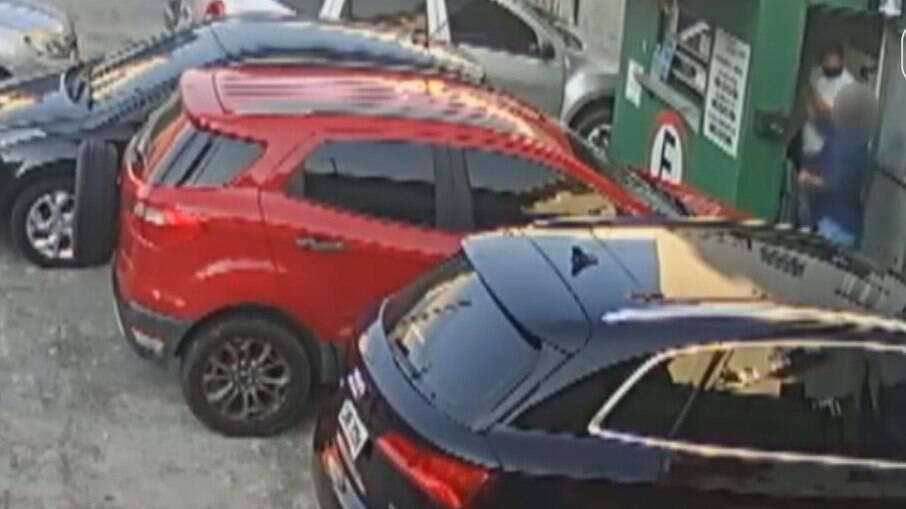 Manobrista foi agredido ao pedir que cliente do estaciomanto, em Santos (SP), colocasse a máscara de proteção contra a Covid-19
