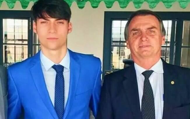 Bolsonaro ao lado do filho homem mais novo, Jair Renan Bolsonaro, que irá assumir vaga no partido Aliança pelo Brasil.