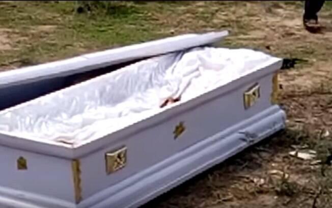 Agentes funerários decidiram levar defunto de volta ao mortuário e mantê-lo como garantia até que a dívida fosse paga