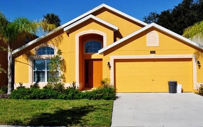 A casa de quatro dormitórios na cidade de Kissimmee, a 27 km de Orlando, tem diárias a partir de US$ 165 no site temporadadisney.com.br