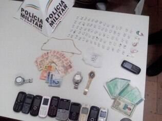 Crack, cocaína, aparelhos eletrônicos e relógios foram alguns dos pertences apreendidos com o traficante
