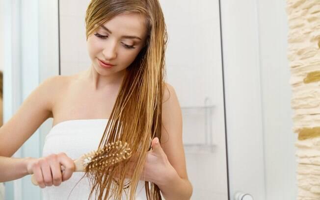 Correto é retirar todo o excesso de água com a toalha e escovar o cabelo apenas com os dedos enquanto molhado