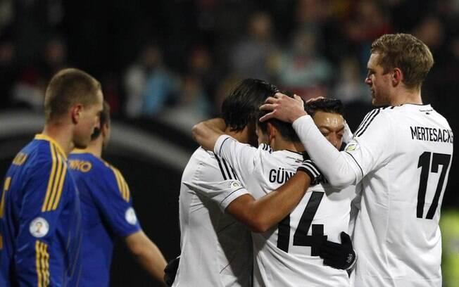 Khedira comemora gol pela Alemanha contra o  Cazaquistão, na vitória por 4 a 1