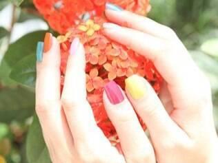 Verão é a estação das unhas coloridas