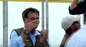 Sem máscara, ministro do Turismo passa álcool em gel no nariz