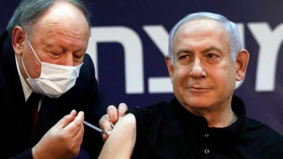 Primeiro-ministro de Israel, Benjamin Netanyahu, recebendo a primeira dose da vacina contra a covid-19