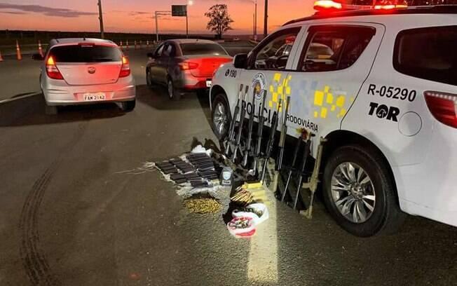 A Polícia Rodoviária de São Paulo prendeu neste Carnaval duas pessoas na estrada com armamento