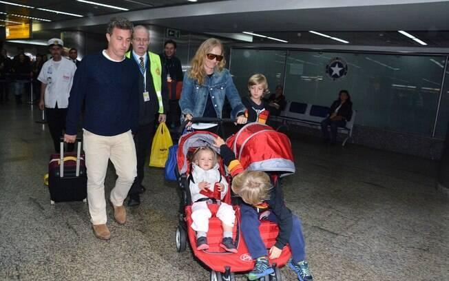 Luciano Huck, Angélica e os três filhos do casal desembarcaram no aeroporto de Guarulhos, em São Paulo, nesta segunda-feira (28)