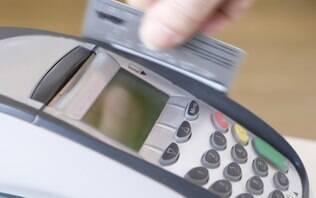 Comerciantes não podem negar venda nem cobrar a mais por pagamento com cartão - Meu Bolso - iG