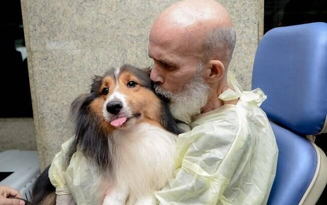 dono segurando cachorro no colo