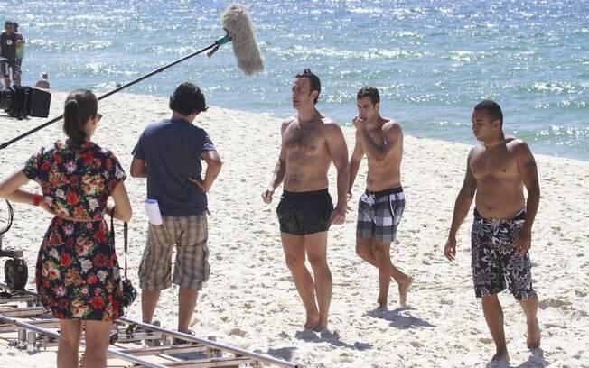 Elenco de 'Em família' grava cena de novela na praia