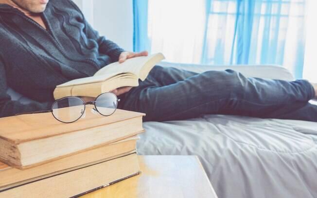 Pessoa lendo livros