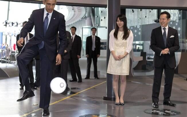 Presidente dos EUA, Barack Obama, domina bola que havia sido chutada por robô Asimo em visita ao Museu Nacional de Ciência e Inovação (Miraikan), em Tóquio (24/4)