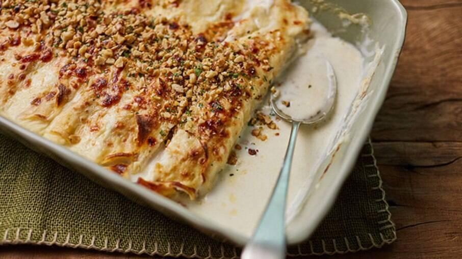A panqueca é tradicional, mas com molho branco pode ficar ainda mais gostoso