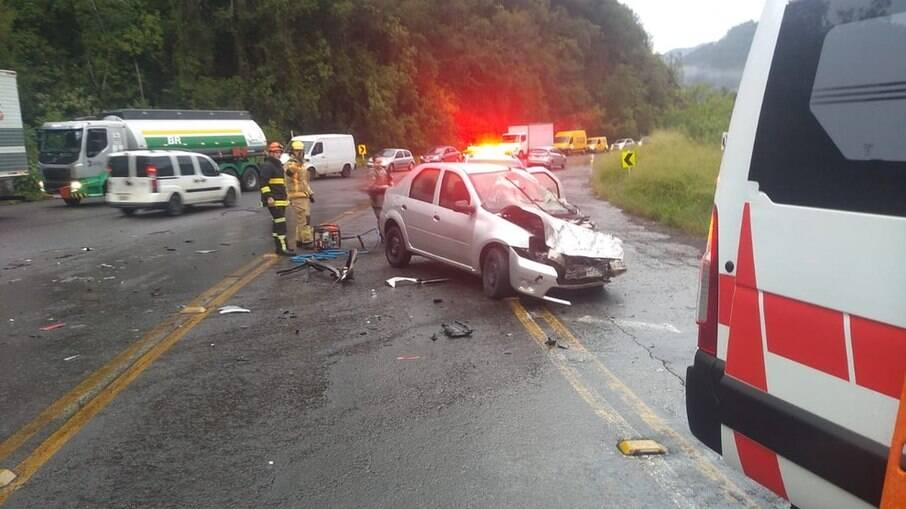 Homem foi encontrado em porta-malas de carro após acidente com caminhão
