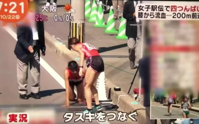Japonesa termina maratona de revezamento de joelhos depois de quebrar perna direita