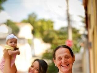 A avó Nilza dá dicas de como cuidar da filha para a nora Maria Clara  Especial Dia das Maes.  Avos com cartazes com dicas para maes que acabaram de ter filhos  NA FOTO: NEUZA (AVO), MARIA CLARA E SUA FILHA, GIOVANA  FOTO: LINCON ZARBIETTI / O TEMPO / 09.05.2014