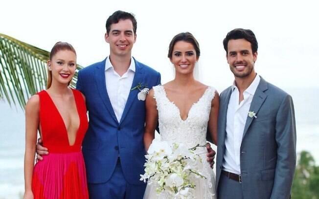 Marina Ruy Barbosa foi madrinha de casamento e posou ao lado dos noivos e de seu marido, Xandinho Negrão