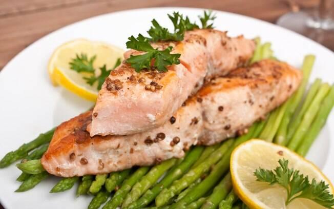 Como substituir o sal em receitas de peixe? Combine temperos desidratados com coentro e gengibre. Veja mais receitas